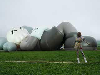 ローラ&水原希子らが駆けつけた!KAWSの全長40メートル巨大アートが日本初上陸