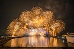 夏の夜空と日本一の湖を美しく彩る!琵琶湖を臨む花火大会3選