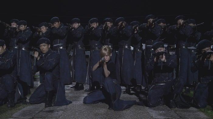 蓮佛美沙子(中央)/(C)2017 荒川弘/SQUARE ENIX (C)2017 映画「鋼の錬金術師」製作委員会