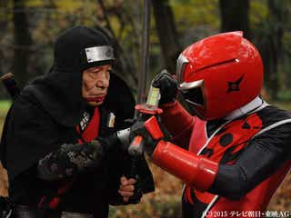笹野高史67歳、アカニンジャーに変身「こんなことをさせやがって」