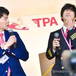 あごにマイクをぶつけた千葉雄大に「わざと?」と疑惑の目を向ける田中圭 (C)モデルプレス