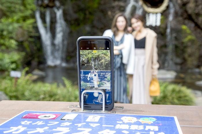 「玉簾(たまだれ)の瀧」前に設置された、セルフタイマー撮影用のカメラスタンド