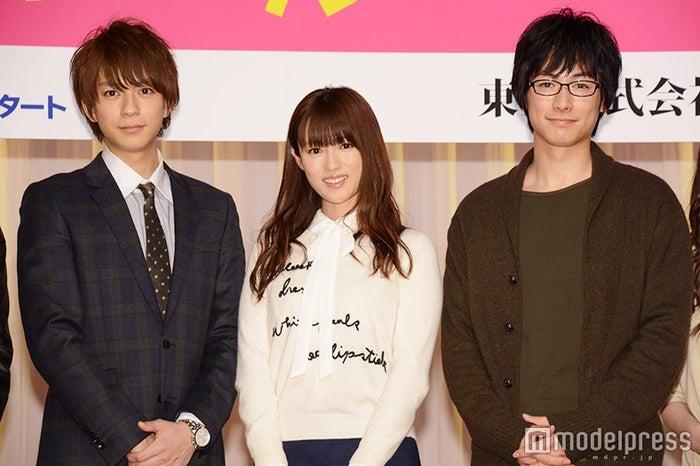 (左から)三浦翔平、深田恭子、DEAN FUJIOKA/ドラマ「ダメな私に恋してください」制作発表会見より(C)モデルプレス