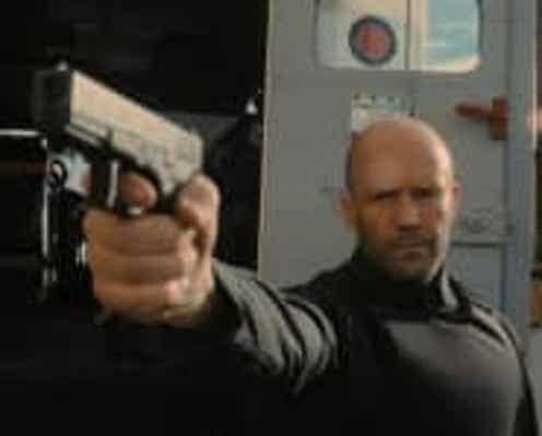 """従うふりをして冷酷に銃弾をブチ込むステイサム!『キャッシュトラック』より""""H""""が強盗へ反撃する本編映像が公開"""