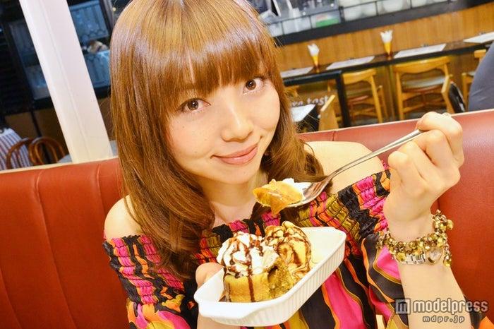 ミルクティー味の「Thai Tea Love with Vanilla icecream」/モデル:富田千穂
