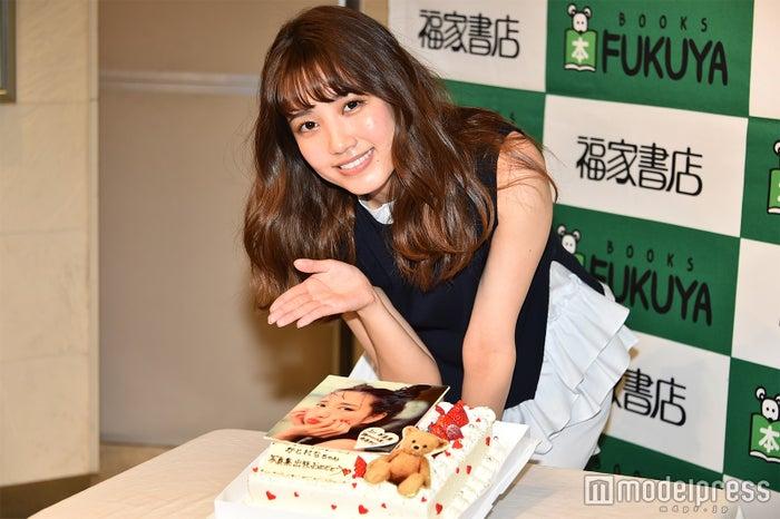 サプライズでお祝いのケーキをプレゼントされる加藤玲奈 (C)モデルプレス
