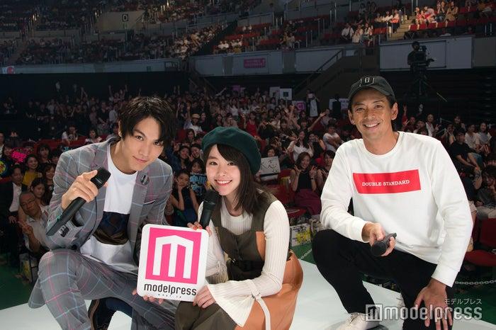 中川大志&唐田えりか、ステージ上で観客と記念撮影<神戸コレクション×モデルプレス>(C)モデルプレス
