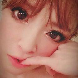 浜崎あゆみ、小指噛んだアップショットとメッセージに反響「人形みたい」「心にしみた」
