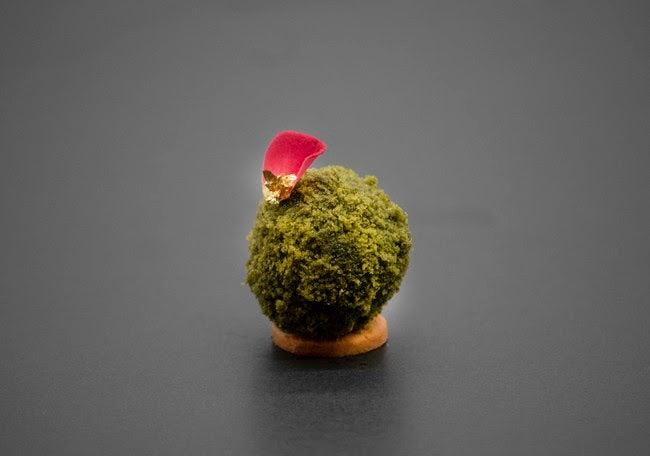 苔玉をイメージした「抹茶とラズベリーのムース」/画像提供:フォーシーズンズホテル京都