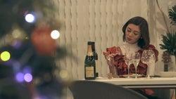 一人になっても上機嫌で飲み続ける聖南「TERRACE HOUSE OPENING NEW DOORS」10th WEEK(C)フジテレビ/イースト・エンタテインメント