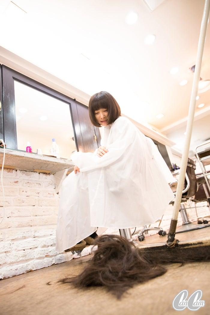 床に落ちた髪の量に驚く/桜井日奈子(c)CanCam/大靏 円(昭和基地)
