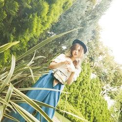 乃木坂46白石麻衣、涼しげオフショルの夏スタイル 着回し企画で魅せる