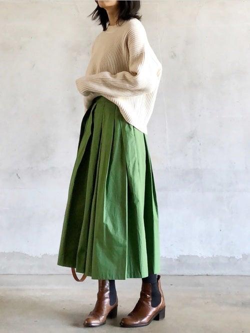 緑のフレアスカートのコーデ