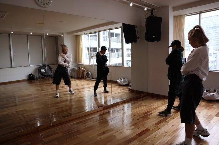 りゅうちぇるのダンスレッスンの様子(EOS M100で撮影)