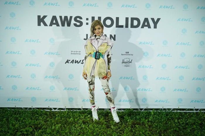 ローラ/画像提供:「KAWS:HOLIDAY」PR事務局