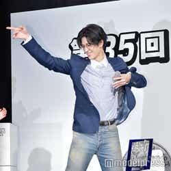 マイケル・ジャクソンのポーズをキメた中島裕翔(C)モデルプレス
