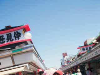 """欅坂46公式ツアーブック、発売前重版決定 菅井友香の""""食べ歩きデートシーン""""公開<KEYAKI>"""