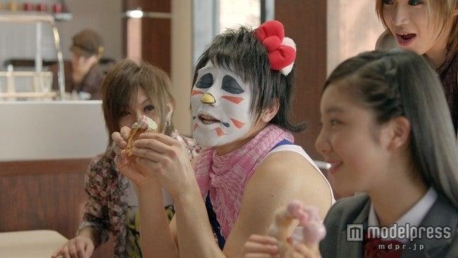 キティちゃんに扮したゴールデンボンバー・樽美酒研二/ミスタードーナツ新CM「リボンを探せ」篇より