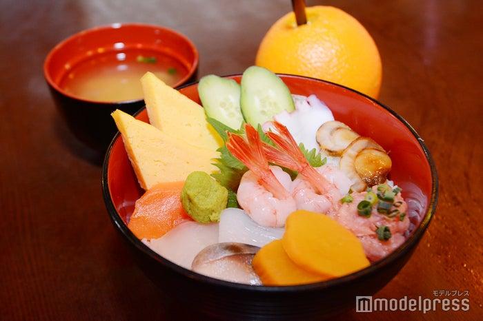 (手前から)海鮮ちらし¥1,000、カジュッタオレンジ¥470(C)モデルプレス