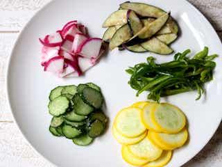 家にある調味料と和えるだけ!「夏野菜の彩りビビンバ風」