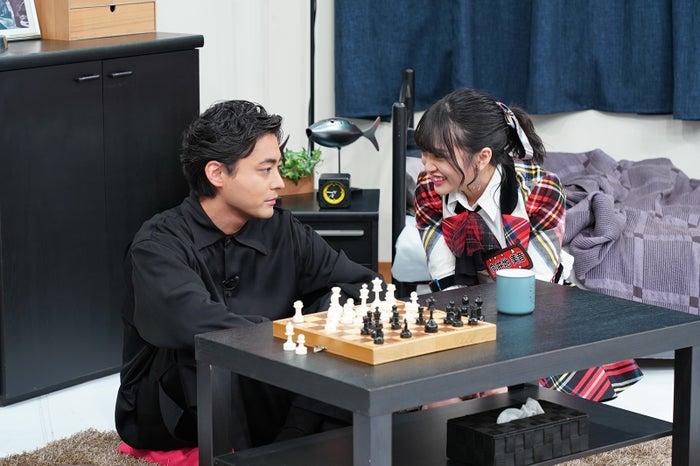 山田孝之、向井地美音 (C)日本テレビ