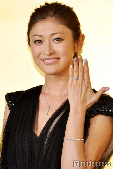 婚約指輪を披露する山田優