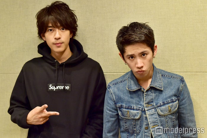 「三浦翔平 It's  翔 time」のパーソナリティの三浦翔平(左)とゲストのONE OK ROCKのTaka (C)モデルプレス