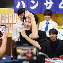 「特技:ヌンチャク」を生かした決めポーズを披露する田川隼嗣(C)モデルプレス