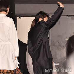 最後まで客席に手を振り続ける田中圭 (C)モデルプレス