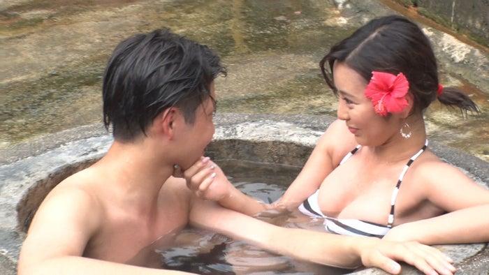 温泉でイチャイチャするトム、かにゃ/「あいのり:Asian Journey」第20話より(C)フジテレビ