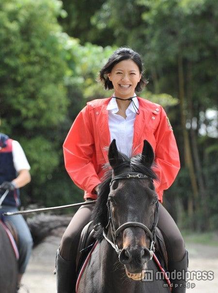 乗馬姿を披露する榮倉奈々(C)テレビ朝日【モデルプレス】