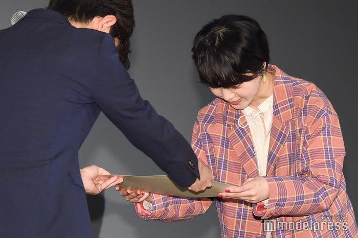 卒業証書を受け取る平手友梨奈 (C)モデルプレス