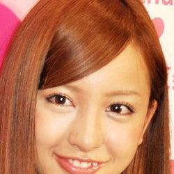 AKB48板野友美、ソロ2ndシングル発売延期 ファンの反応は?