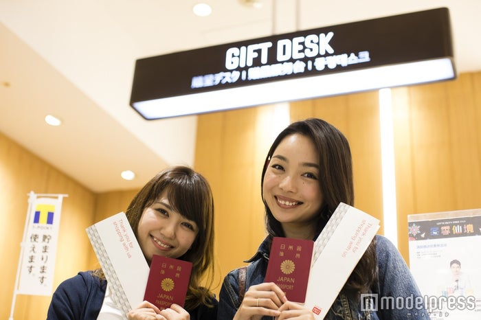 GIFT DESK/モデル:比留川良子、百済友希(C)モデルプレス