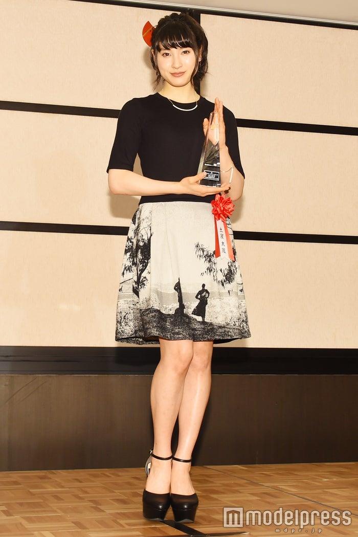 土屋太鳳、田中圭と選んだ個性派ワンピで晴れの舞台 大人シックにドレスアップ<ファッションチェック>(C)モデルプレス