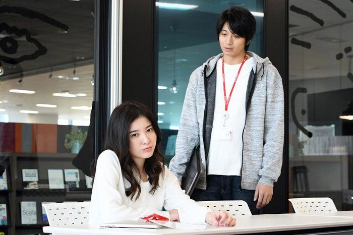 吉高由里子、向井理/「わたし、定時で帰ります。」第2話より(C)TBS