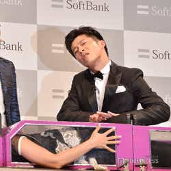 イリュージョンにドヤ顔で挑戦する田中圭(C)モデルプレス