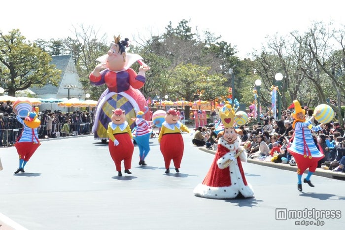 キング・オブ・ハート、ディーとダム、ボールでパフォーマンスをするダンサー/ハピネス・イズ・ヒア