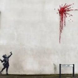 バンクシーからのバレンタインギフトか、英西部で住宅の壁に絵