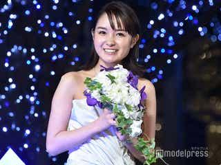 葵わかな、純白ドレスでデコルテ&美背中披露 クリスマスの過ごし方明かす