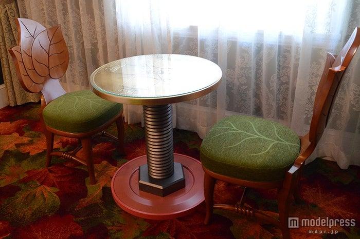 テーブルはコイン、ボルト、ボタンで作られたテーブル