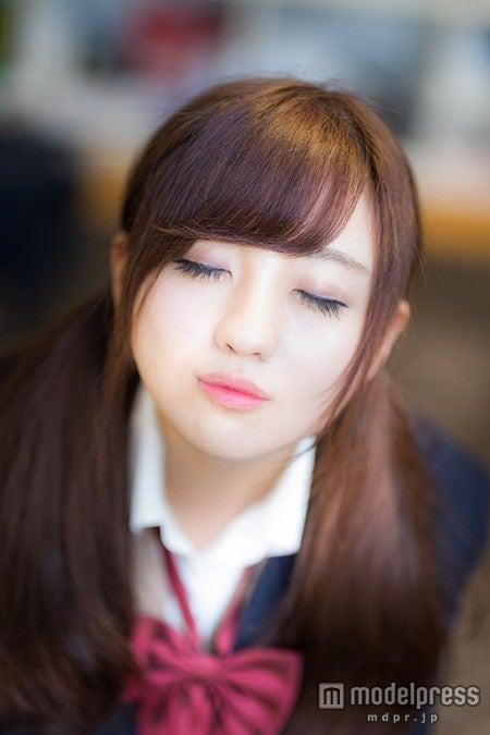 「放課後、教室でキスをせがむ彼女」写真素材ぱくたそ/モデル 河村友歌