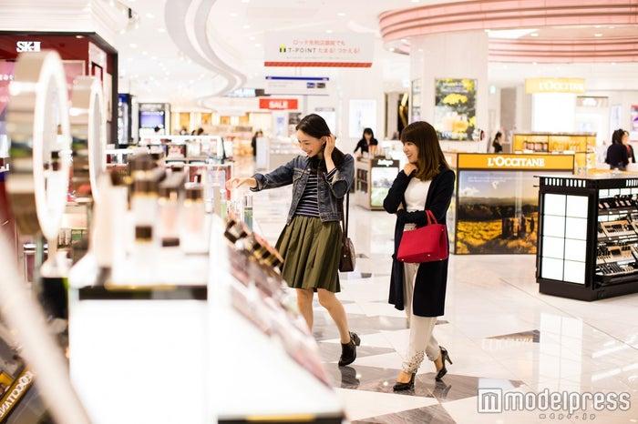 海外旅行前に時間を気にせず免税品をお買い物/モデル:比留川良子、百済友希(C)モデルプレス