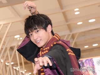 """小関裕太、""""ハリー・ポッター愛""""炸裂 私物の杖で記者に魔法かける"""