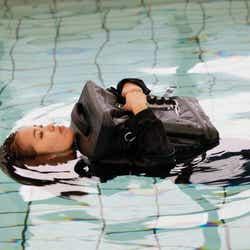 モデルプレス - 水に浮いて、給水タンクにもなる完全防水リュック!アウトドアにも災害時にもぴったり