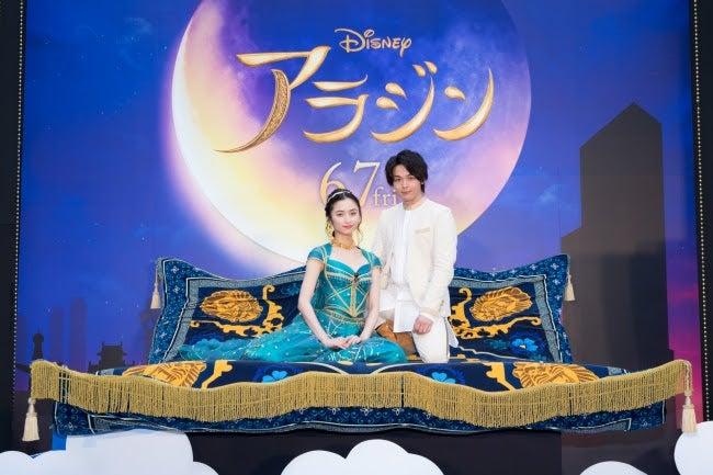 右から:中村倫也、木下晴香(C)2019 Disney