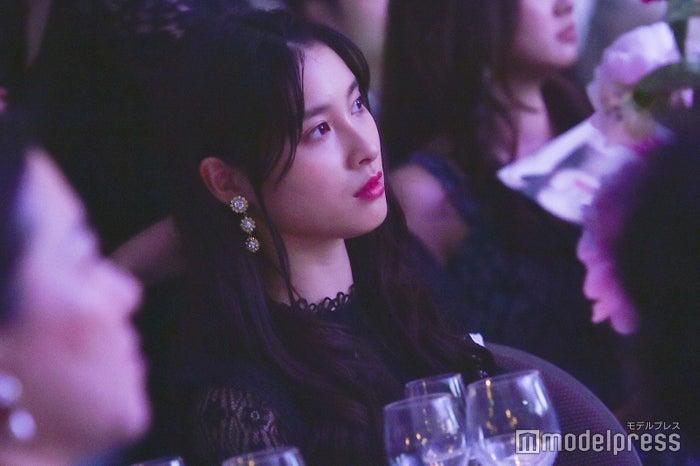 観客席から姉を見つめる土屋太鳳(C)モデルプレス