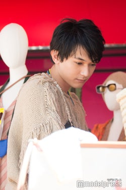 ショップのアイテムをチェックする吉沢亮 (C)モデルプレス