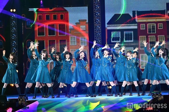 """欅坂46「ガルアワ」初登場で堂々パフォーマンス """"かっこよすぎる""""デビュー曲に観客圧倒<GirlsAward 2016 S/S>(C)モデルプレス"""