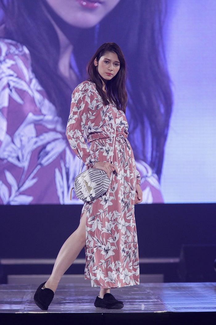 ROXYの衣装を着用したアンジェラ芽衣(C)神戸コレクション制作委員会